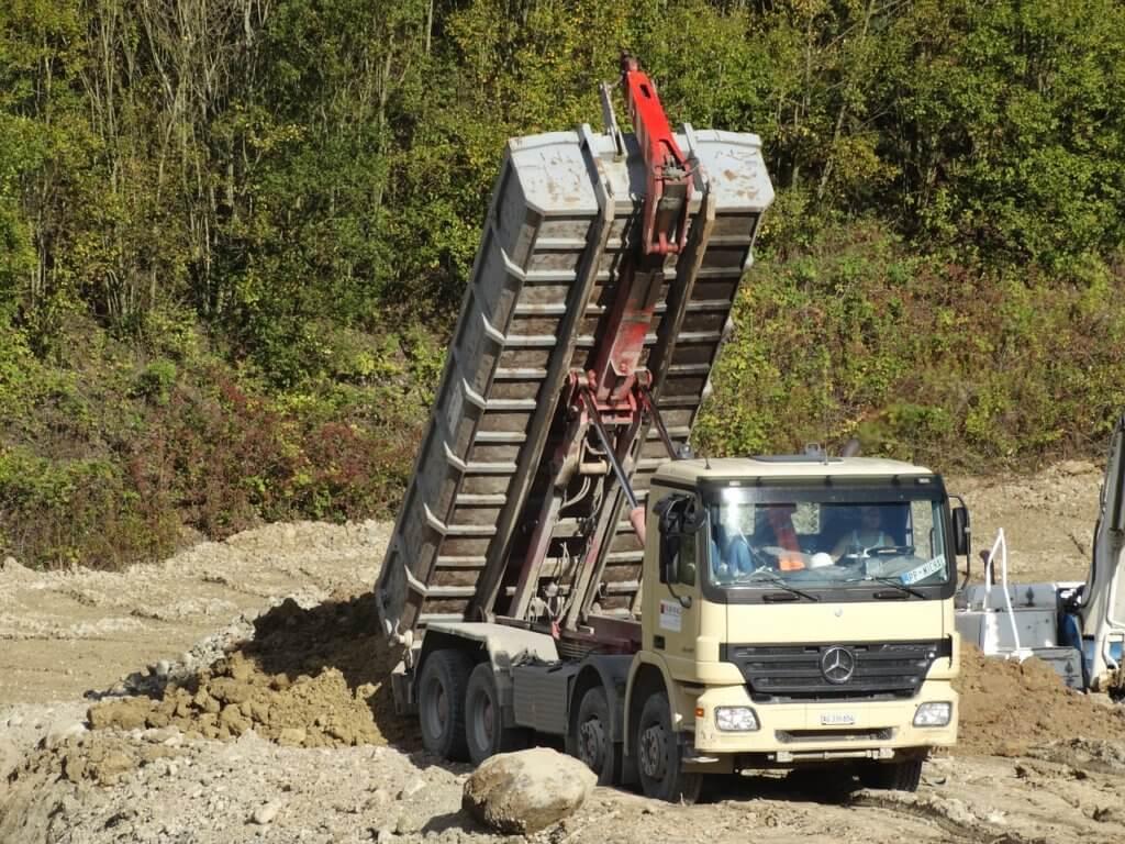 tilt-trucks-482421_1280